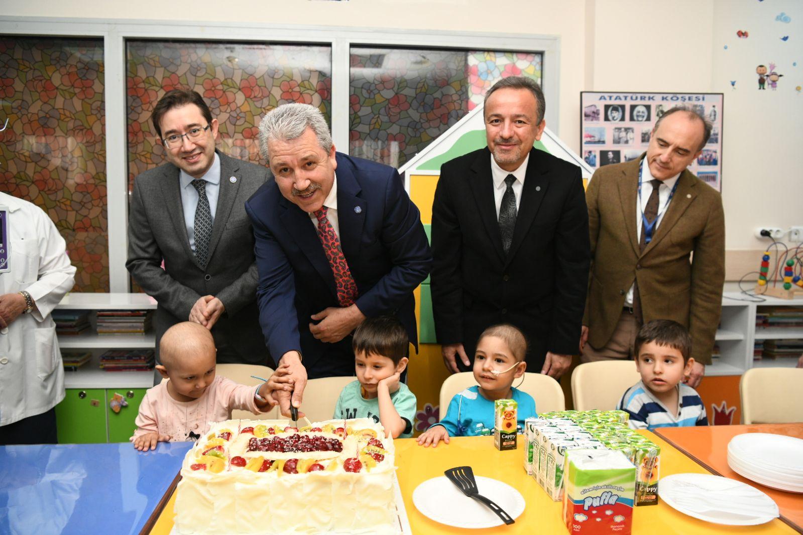 Rektör Prof. Dr. Budak, çocuk hastalara ve ailelerine moral verdi